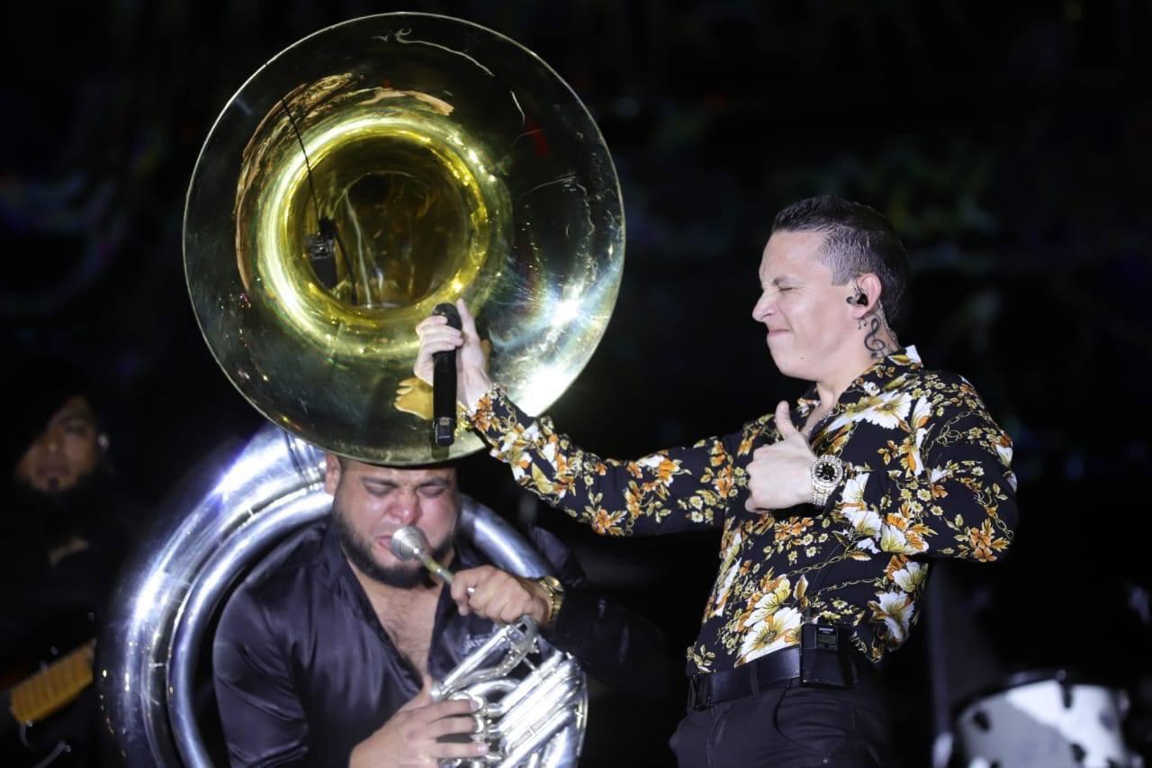 Cerraron con broche de oro al salir juntos al escenario y cantar Chequen el Porte, así como la canción que da nombre a la gira La Escuela No Me Gustó. Foto: Cortesía del artista